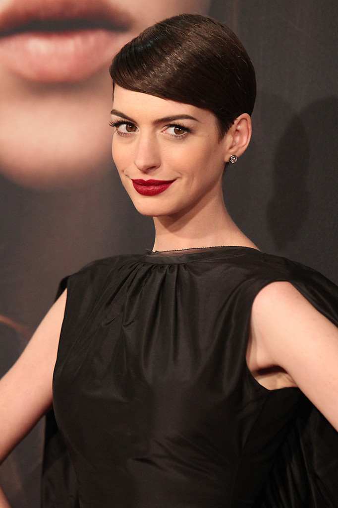 Anne+Hathaway in Stars at the Premiere of 'Les Mis'