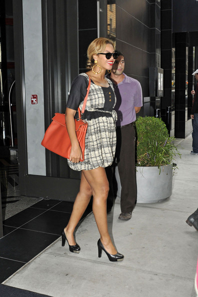 Beyonce Knowles A preggers Beyonce shows off her growing belly in a cute ruffled dress as she leaves the Gansevoort hotel in NYC.