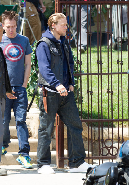 Charlie Hunnam - Charlie Hunnam Gets Ready to Work