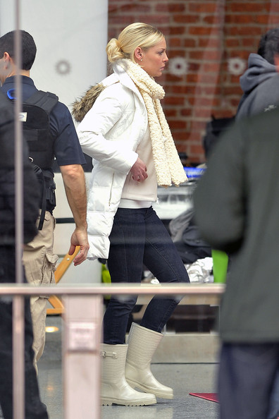 "Katherine Heigl is spotted walking around the Brooklyn Museum during a break in filming scenes for ""New Year's Eve""."