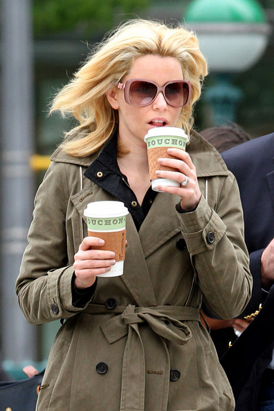 http://www3.pictures.zimbio.com/pc/Elizabeth+Banks+drinks+hot+coffee+while+walking+RlCg7NglGoUl.jpg