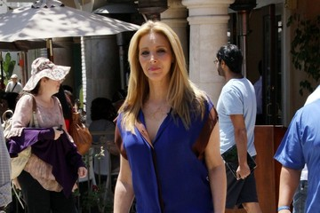 Lisa Kudrow Blue Former 'Friends' star Lisa Kudrow is all smiles as she makes an appearance on TV show 'Extra' at the Grove in Los Angeles