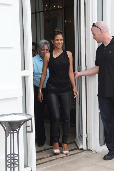 halle berry photos photos halle berry promotes 39 the call 39 zimbio. Black Bedroom Furniture Sets. Home Design Ideas