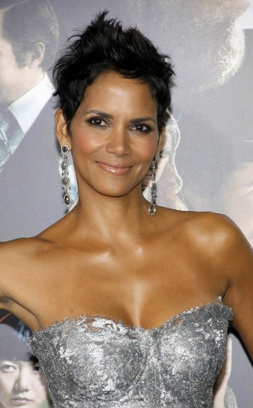 http://www3.pictures.zimbio.com/pc/Halle+Berry+Tom+Hanks+seen+arriving+Hollywood+Jnf4mhpSusCl.jpg