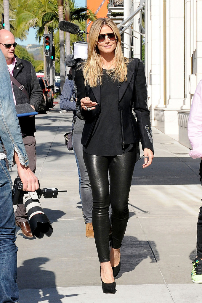 http://www3.pictures.zimbio.com/pc/Heidi+Klum+wears+leather+pants+high+heels+UYZw_pmQYfNx.jpg