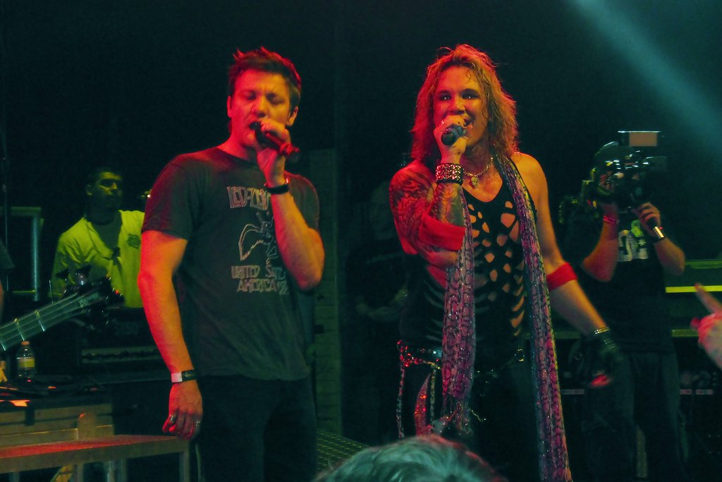 Jeremy Renner Photos Photos - Jeremy Renner Performs with ...