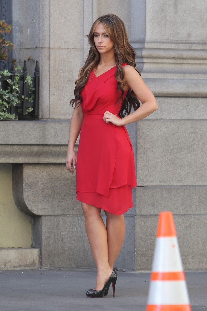Jennifer Love Hewitt Pictures Jennifer Love Hewitt wears a red ...