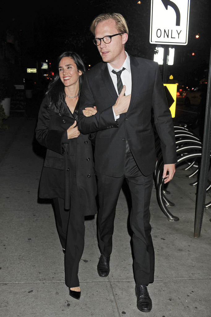jennifer connelly in jennifer connelly and paul bettany take a late night romantic stroll in the. Black Bedroom Furniture Sets. Home Design Ideas