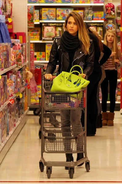 http://www3.pictures.zimbio.com/pc/Jessica+Alba+finishes+up+Christmas+shopping+yNqRFpE7AKcl.jpg