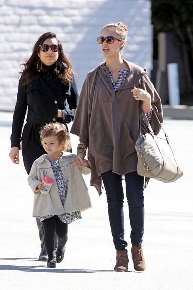 Jessica Alba takes her daughter Honor for Sunday brunch and some shopping at A Pea In The Pod maternity store.