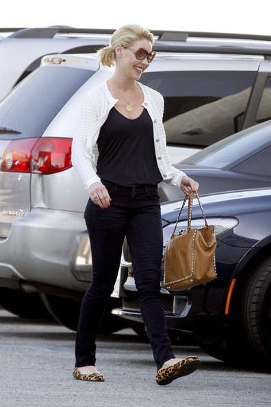 http://www3.pictures.zimbio.com/pc/Katherine+Heigl+Katherine+Heigl+Leaves+Lunch+MJcQVGSlyN-l.jpg