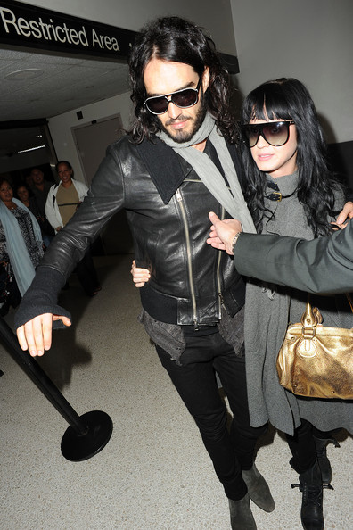 Katy+Perry+holds+Russell+Brand+scarf+tight+7ZVC8zPMIOrl.jpg