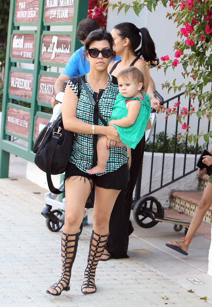 Kourtney kardashian and family do lunch zimbio for What does kourtney kardashian do