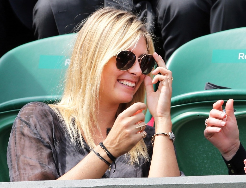 Maria Sharapova - Maria Sharapova Watches a Tennis Game