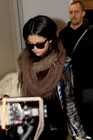 Selena Gomez - Selena Gomez Flies Out of LA