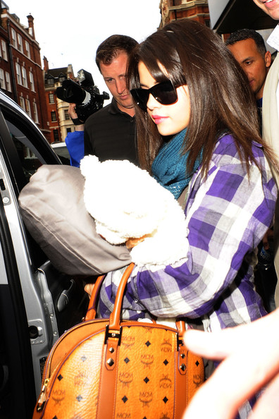 "Selena Gomez Teen sensation Selena Gomez is seen leaving her London hotel with an MCM bag in hand. Gomez, currently dating popstar Justin Bieber, recently released ""When the Sun Goes Down,"" debuting at number four on Billboard's Hot 200 albums chart."