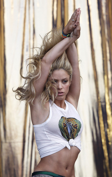 Shakira.;* - Page 4 Shakira+hips+don+t+lie+flashes+enviable+abs+3wHstbCud9gl