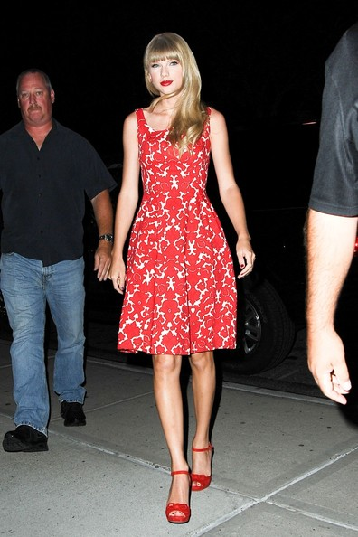 http://www3.pictures.zimbio.com/pc/Singer+Taylor+Swift+stuns+red+star+heads+office+sZUKcfeG4Hil.jpg