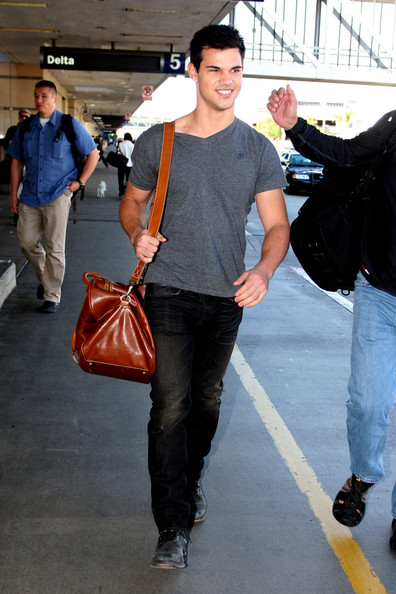 Taylor Lautner 47902 LOS ANGELES CALIFORNIA Thursday November 25 2010.ÊTwilight actors Taylor Lautner and BooBoo Stewart make there way through Los Angeles Airport after flying in from New Orleans after filming Twilight. Photograph: Matt Symons/James Breeden © .PacificCoastNews.com**FEE MUST BE AGREED PRIOR TO USAGE****E-TABLET & MOBILE PHONE APP PUBLISHING REQUIRES ADDITIONAL FEES** UK OFFICE:+44 131 557 7760/7761 US OFFICE:1 310 261 9676.