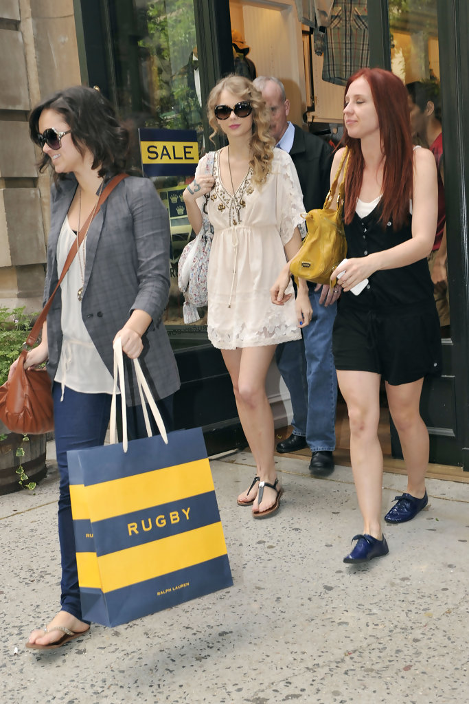 Taylor Swift Photos Photos - Taylor Swift Shopping with Friends in NYC -  Zimbio