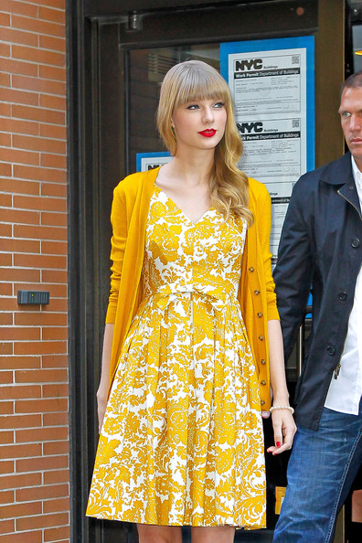 Taylor Swift Promotes 'Red' in NYC 4