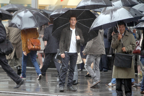 "Tom Cruise - Tom Cruise films a scene in the rain for his new film ""Oblivion"" at the Empire State Building"