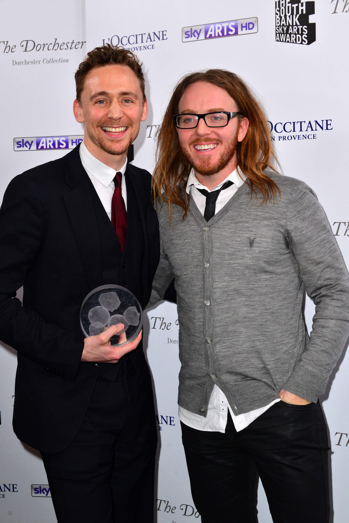 http://www3.pictures.zimbio.com/pc/Tom+Hiddleston+South+Bank+Sky+Arts+Awards+pl5PWS-p1-qx.jpg
