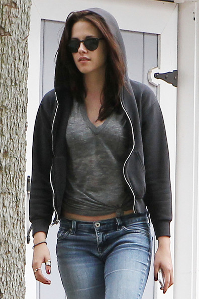 """Twilight"" actress Kristen Stewart is seen leaving her mother's house in Woodland Hills.  Stewart, 21, recently was in a minor fender bender in Los Angeles."