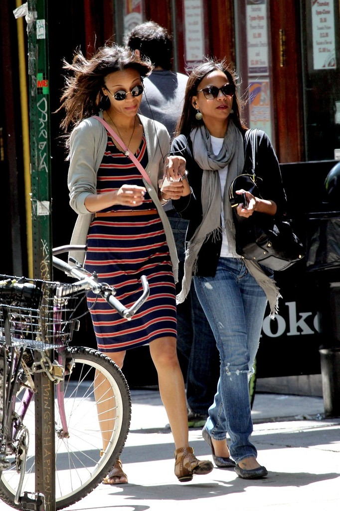 Zoe Saldana And Her Sister Have Lunch In Nyc Zimbio